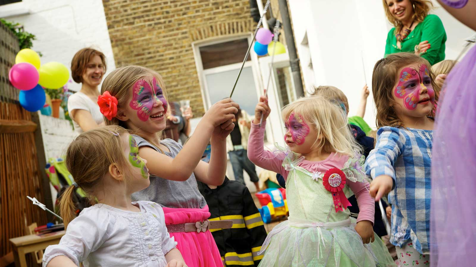 Party entertainment, drama, music and dance classes for young children living in Singapore